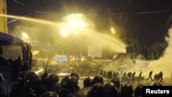 Тбилисидеги демонстранттарды таркатуу үчүн полиция суу аткычты жана жаш чыгаруучу газ колдонду. 2011-жылдын 26-майы.