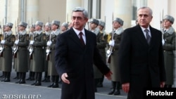 Armenia - President Serzh Sarkisian (L) meets with his Lebanese counterpart Michel Suleiman, Yerevan, 09Dec2011