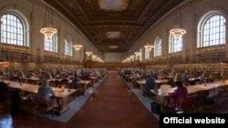 Один из читальных залов Публичной Библиотеки Нью-Йорка