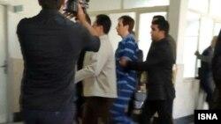 بابک زنجانی، تاجر زندانی، در حال ورود به جلسه دادگاه