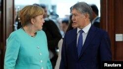 Германия канцлері Ангела Меркель мен Қырғызстан президенті Алмазбек Атамбаев. Бішкек, 14 шілде 2016 жыл.