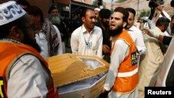 پېښور.د پولیو کمپاین پر ډلې د بمي چاودنې وژل شوي پولیس سرتېري مړی وړل کېږي. ۰۷اکتوبر ۲۰۱۳