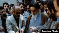 آیتالله خمینی هنگام حضور در دومین دوره انتخابات ریاست جمهوری در سال ۱۳۶۰