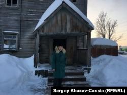 Юрий Панченко у крыльца дома, где погиб Ростислав