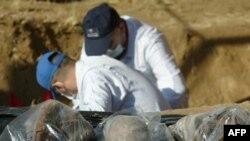 مختصون ينقبون في مقبرة جماعية بكربلاء عام 2010