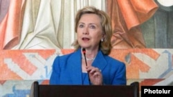Armenia -- U.S. Secretary of State Hillary Clinton addresses journalists and civic activists in Yerevan, 5July 2010.
