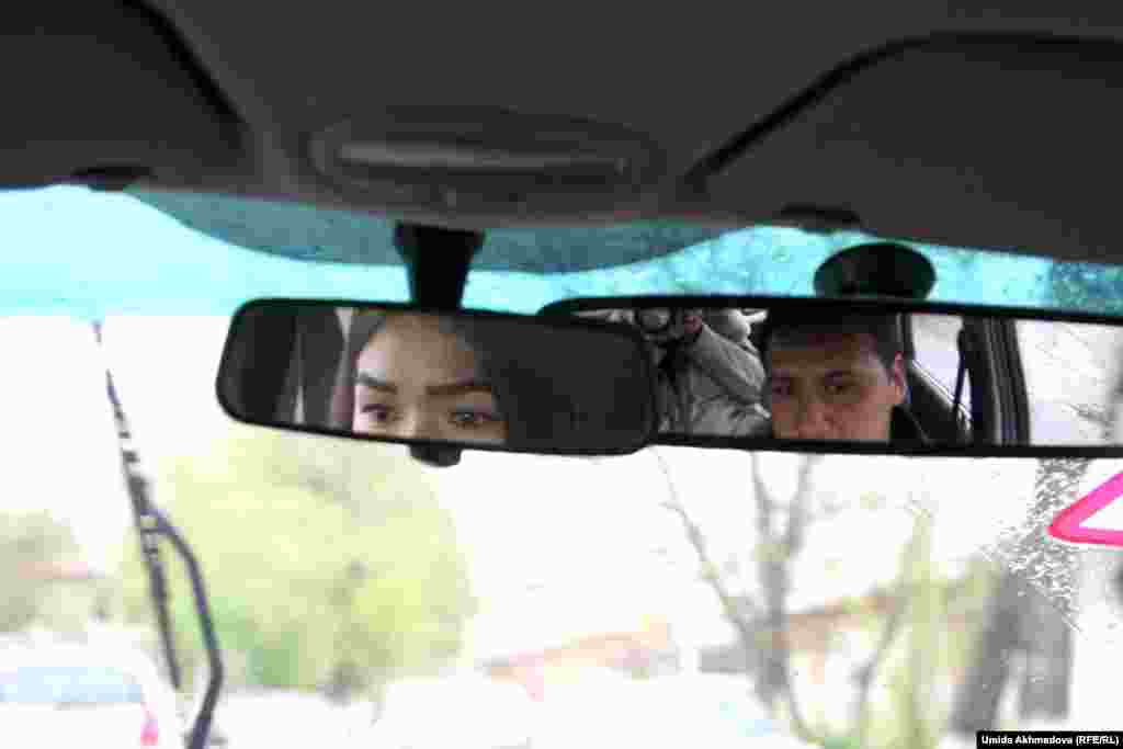 Наргиза ходит на курсы подготовки водителей, чтобы получить права на управлением автомобилем. Девушка рассказывает, что отец пообещал передать ей свою машину Chevrolet Cobalt.