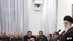 آیتالله خامنهای در کنار فرماندهان ارشد سپاه پاسداران