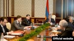 Armenia -- President Serzh Sarkisian (C) chairs a National Security Council meeting, 5Jun2013.