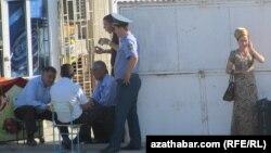 Полиция Дашогуза допрашивает стоящих в очередях за сигаретами.