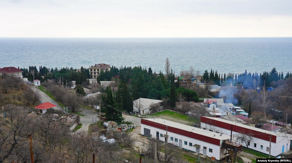 Вид на поселок со склона одноименного урочища Сатера