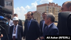 Премьер-министр Казахстана Карим Масимов (в центре) с визитом в Актобе. 15 июня 2016 года.