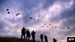 """Militari NATO, în timpul exercițiului """"Swift Response"""" din Bulgaria, 18 iulie 2017"""
