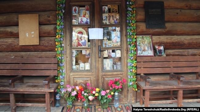 Опечатані двері храму