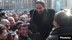 Armenia -- Nikol Pashinian is greeted by opposition supporters that barricaded themeselves in Yerevan,March 1, 2008.