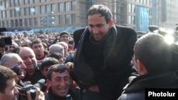 Հայաստան -- Մարտի 1-ին Երեւանի Մյասնիկյանի արձանի մոտ բարիկադավորված ցուցարարները ողջունում են Նիկոլ Փաշինյանին, 1-ը մարտի, 2008թ.