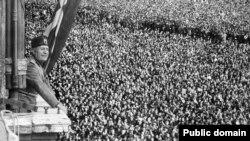 Муссолини выступает на площади Венеции
