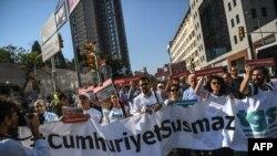 Protest podrške ispred suda u Istanbulu za novinare Džumhurijeta