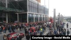 Români din Marea Britanie așteptînd să voteze în alegerile prezidențiale din 2014 la un centru de la Wembley