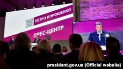 Петро Порошенко у своєму виборчому штабі під час першого туру голосування