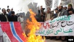 Pakistanda Məhəmməd peyğəmbərin karikaturalarına etirazlarda Danimarka bayrağı yandırılır.