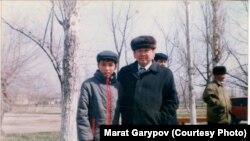 Детская фотография Марата Гарипова, на которой он запечатлен с чмпионом Олимпиады в Москве борцом Жаксылыком Ушкемпировым.