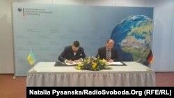 Максим Нефьодов, заступник міністра економічного розвитку і торгівлі України (ліворуч) і Директор департаменту двостороннього співробітництва Федерального Міністерства економічного співробітництва і розвитку Німеччини Андреас Ґіс підписують протокол