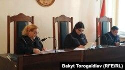 Бишкек шаардык сотунун судьялары Ирина Скрипкина, Гүлмира Садыкова жана Азизбек Досмамбетов.