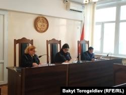 Судьи Бишкекского горсуда Ирина Скрипкина, Гульмира Садыкова и Азизбек Досмамбетов.