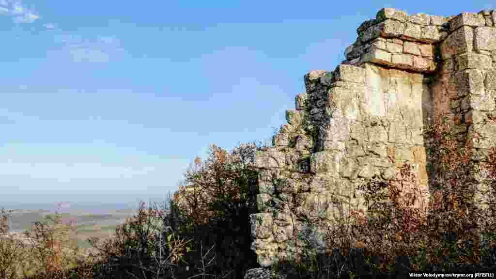 Сохранившийся фрагмент защитной стены Чуфут-Кале