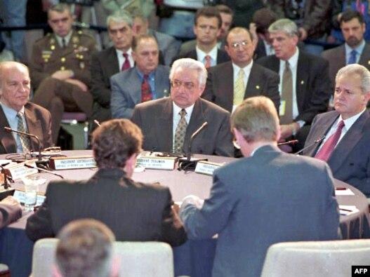 Alija Izetbegović, Franjo Tuđman i Slobodan Milošević na dejtonskim pregovorima, koji su rezultirali potpisivanjem Dejtonskog sporazuma u bazi Wright Patterson, novembar 1995.