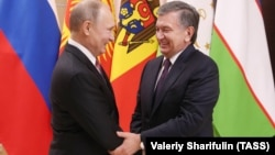 Президент России Владимир Путин (слева) и президент Узбекистана Шавкат Мирзияев на саммите глав стран СНГ в 2017 году