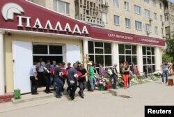 Из оружейного магазина выносят гроб. Актобе, 8 июня 2016 года.