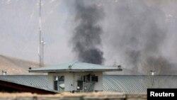 Дым над зданием избирательной комиссии в Кабуле, которое атаковали талибы, 29 марта 2014