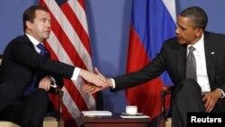 Дмитрий Медведев уже побывал на нескольких саммитах G8, – например, 26 мая 2011 года во Франции, где встречался с Бараком Обамой