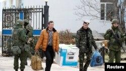 Низомиҳои украиниро аз пойгоҳҳои ин кишвар дар Қрим нирӯҳои тарафдори Русия берун мекунанд.