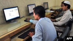 Journalists browse the Internet in Peshawar (file photo)