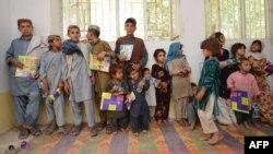 Иллюстративное фото. Афганские дети во время урока, проводимого американскими военнослужащими, Хелманд, Афганистан, июль 2012 года.