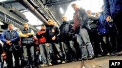 اعتصاب کنندگان خواهان افزايش حقوق و همچنين توقف برنامه دولت برای تغيير نظام تامين اجتماعی فرانسه هستند.