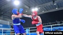 Боксер Айбек Оралбай (в красной форме) на юношеской Олимпиаде-2018.