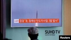 Сеул вокзалында Солтүстік Кореяның үш баллистикалық зымыран ұшырғаны туралы жаңалықты телеарнадан қарап отырған жолаушы. Оңтүстік Корея, 5 қыркүйек 2016 жыл.