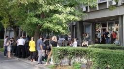 Novinari okupljeni ispred zatvorenih vrata Fakulteta političkih nauka u Beogradu, tokom trajanja druge runde razgovora predstavnika vlasti i opozicije, Beograd, 9. avgust