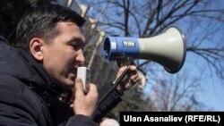 Мавлян Аскарбеков Бишкектеги митингдердин биринде сүйлөп жаткан учуру.