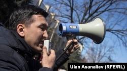 Гражданский активист Мавлян Аскарбеков на акции в Бишкеке.
