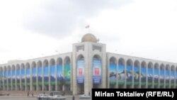 Борбордук аянттын жанындагы имарат. Бишкек.