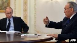 Қазақстан президенті Нұрсұлтан Назарбаев (оң жақта) Ресей президенті Владимир Путинмен кездесіп отыр. Мәскеу, 5 наурыз 2014 жыл