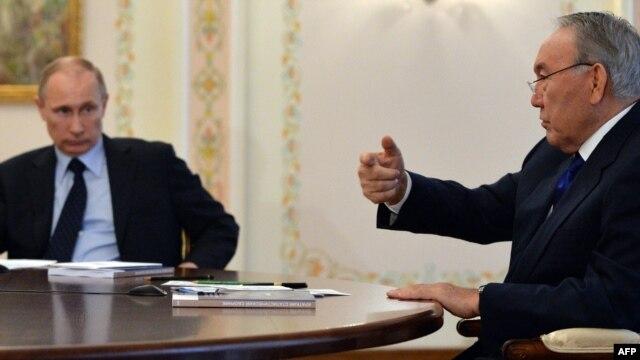 Қазақстан президенті Нұрсұлтан Назарбаев (сол жақта) пен Ресей президенті Владимир Путин сөйлесіп отыр. Мәскеу, 5 наурыз 2014 жыл.
