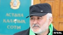 Маерман Жазылбеков, пытающийся подать в суд на президента Нурсултана Назарбаева, перед зданием городского суда Астаны. 13 апреля 2010 года.