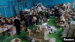 Волонтери сортують гуманітарну допомогу в Авдіївці, 5 лютого 2017 року