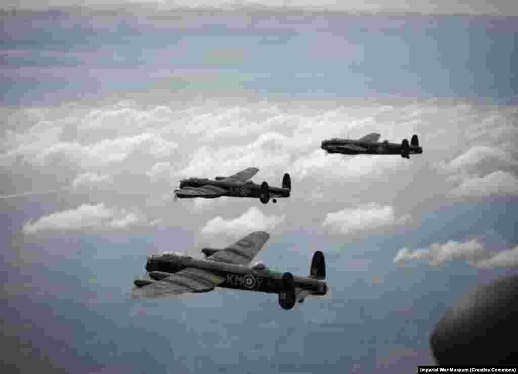 Брытанскія бамбавікі Lancaster на баявым вылеце падчас Другой сусьветнай вайны. Да 1945 году брытанскія вайскова-паветраныя сілы пачалі ладзіць маштабныя бамбаваньні нямецкіх гарадоў з намерам«зламаць баявы дух іх насельніцтва». Раней падчас вайны ад нямецкіх бамбаваньняў цывільных аб'ектаў загінулі больш за 40 тысяч брытанцаў.